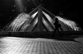 fontaine photo de rue noir et blanc personne