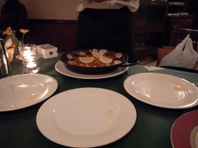 <p>h)3枚のとりわけ皿に載っているのがパエリヤにつけるガーリックマヨネーズ</p>