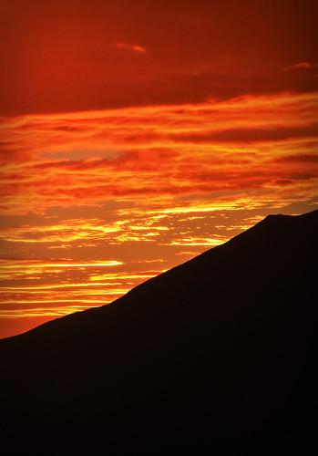 cielo colores fabuloso tonalidades rojo morado celaje atardecer sierra paisaje cajamarca perú tehzeta melissathereliz nubes cerros paleta colorido encendido