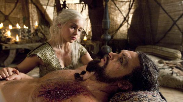 Dany kneeling next to the body of Drogo