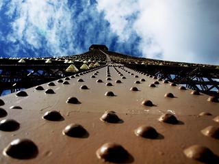 Admirando la Torre Eiffel