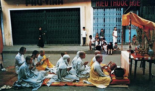 1966 Sư sãi mang bàn thờ xuống đường tại các TP Sài Gòn, Đà Nẵng, Huế phản đối chính quyền SG cách chức tướng Nguyễn Chánh Thi Tư lịnh Vùng 1 Chiến Thuật