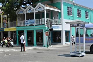 Caseta de la policía de tráfico en medio Bay Street y el downtown de Nassau, el corazón de Bahamas - 5966748791 cff36c285c n - Bay Street y el downtown de Nassau, el corazón de Bahamas