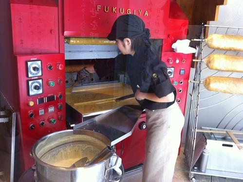 先日オープンした「ふくぎや」さんでバウムクーヘンも購入。沖縄の黒糖を使ったハードタイプのガジュマルにしました。試食したらやさしい甘さで美味し~。