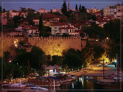 Antalya. Uitzicht vop de haven in de avond