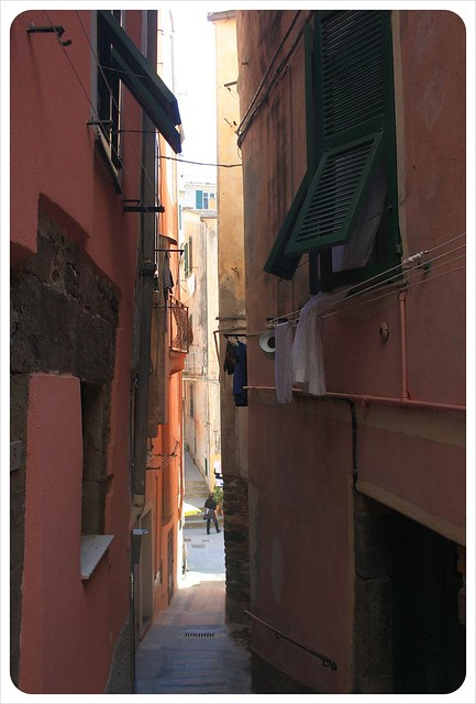 vernazza narrow alleys