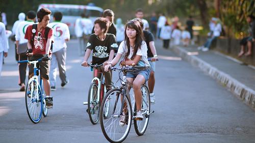 street woman girl bicycle indonesia interesting nikon flickr bokeh f14 candid streetphotography 85mm teenager lonely yogyakarta jogjakarta nikkor asiangirl candidphotography af85mmf14d flickraward d7000 nikond7000 streetandcandidphotography