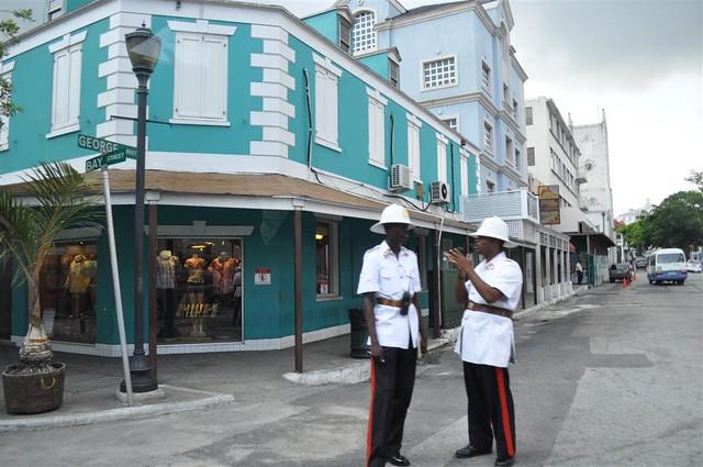 La vestimenta de la policía está a camino entre un safari y la policía londinense de hace años Bay Street y el downtown de Nassau, el corazón de Bahamas - 5966744407 296c79a145 z - Bay Street y el downtown de Nassau, el corazón de Bahamas