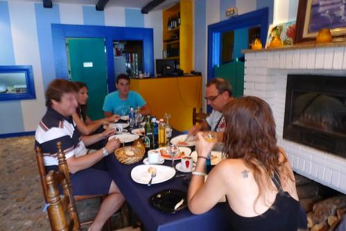 Travessa Alcanar-Calafell 2011. Esmorzant abans de la sortida a les Casses d'Alcanar. 30 de juliol 2011.