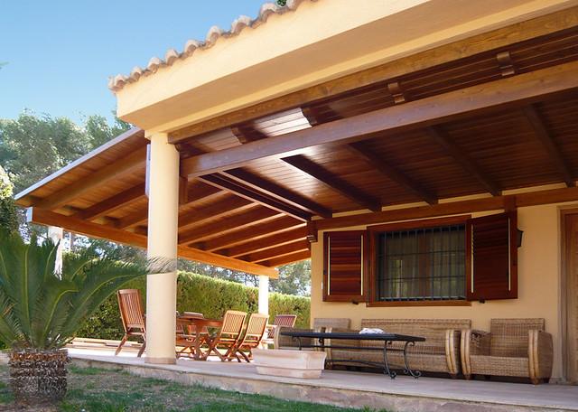 Porches de madera en chalets amplian la superficie de - Chalet de madera ...