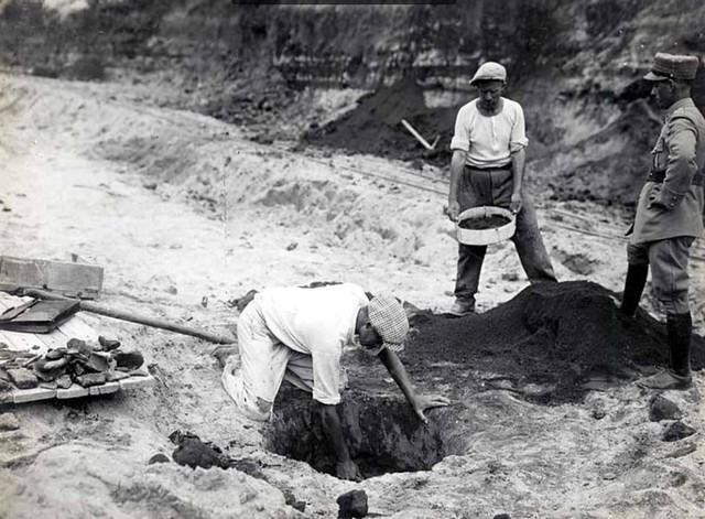 Roma, I Fori Imperiali / Colle Velia: Scavi archeologici, sterri e demolizioni per l'apertura di via dell'Impero (1928-1933). A. M. Colini, BCom. 61 (1933), pp. 79-87.