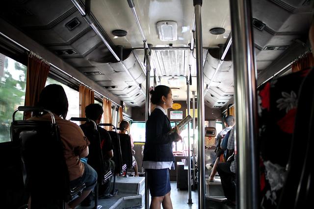 バンコクのバスに乗ってる料金回収のオバちゃんの切符芸が必見