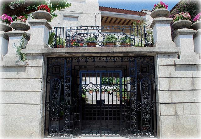 Puerta de hierro forjado flickr photo sharing - Colgadores de hierro forjado ...
