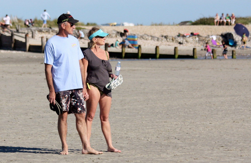 Una pareja madura en la playa