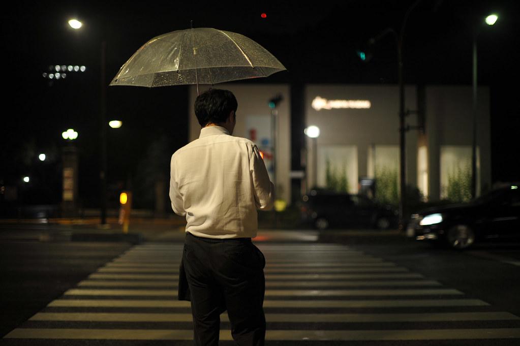 傘をさして信号待ちする男性 2011/07/28 DSC_8024