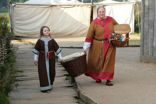 Maren Hasert mit ihrer kleinen Tochter in Haithabu - Museumsfreifläche Wikinger Museum Haithabu WHH 25-09-2011