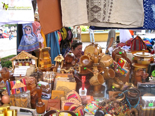 leon-nicaragua-central-park-bored-street-vendor