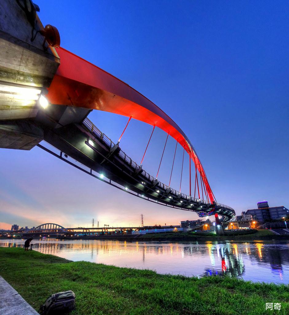 Sunset view of Rainbow Bridge, Taipei