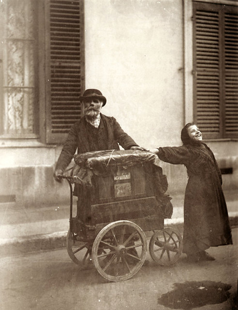 Joueur d'Orgue, Organ Grinder, Paris, 1898-99, by Eugène Atget