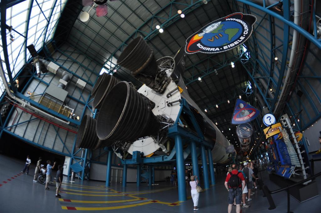 Interior de los hangares donde se exponen todo tipo de piezas de toda la historia de la NASA, es realmente interesante. Además se puede comer la típica pizza que dicen que es lo primero que piden los astronautas al llegar a la tierra, la de Peperoni El último viaje del Transbordador Espacial desde Cabo Cañaveral - 5922907322 7cf471f9d3 o - El último viaje del Transbordador Espacial desde Cabo Cañaveral
