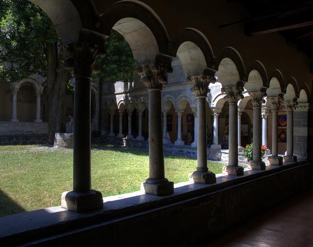 Il chiostro dell'abbazia di Piona - si trova sulla sponda lecchese del lago di Como nel territorio del comune di Colico.
