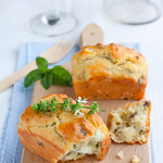 Mini cakes alla feta, pistacchi e basilico