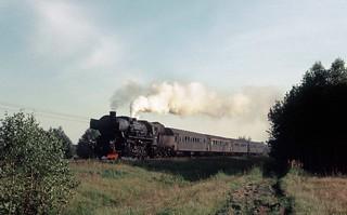44. Personenzug der PKP von einer Ty2 gezogen, in der Gegend von Sierpc.