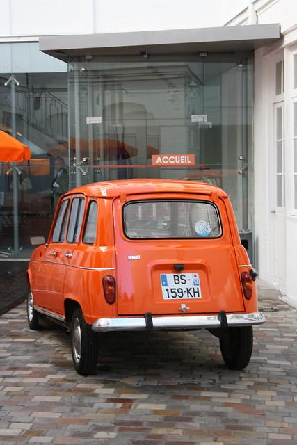 Renault 4 orange des jeunes partisans de François Bayrou