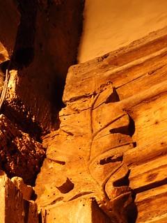 因古代人崇敬自然,而在屋中橫樑刻下樹葉,這也成為national Trust的組織標誌: