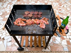 kitchen appliance(1.0), outdoor grill(1.0), grilling(1.0), barbecue(1.0), meat(1.0), churrasco food(1.0), food(1.0), dish(1.0), cuisine(1.0), barbecue grill(1.0), cooking(1.0),