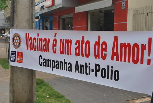 Faixa da campanha anti-polio: Vacinar é um ato de amor! #endpolionow