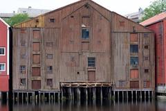 106_ Trondheim altes Haus am Wasser - Lagerhaus_Norwegen_Süden_2011-07-03