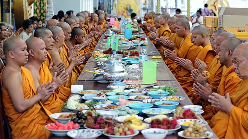 Prayers before the feast ... / Monks Praying before Meal / Thailand