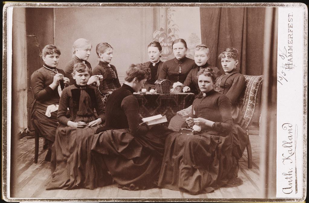 Gruppe kvinner som hekler, strikker og leser, ca 1887
