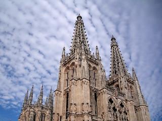 Catedral y nubes