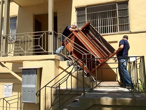 Znoszenie pianina po klatce schodowej