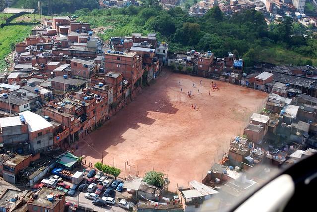 Futebol, paixão nacional! (Favela em SP)