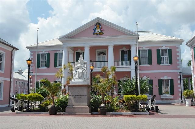 La reina Victoria preside la plaza del parlamento de Bahamas Bay Street y el downtown de Nassau, el corazón de Bahamas - 5966746881 803e07a665 z - Bay Street y el downtown de Nassau, el corazón de Bahamas