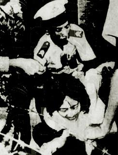 1966 vợ Tạ Vinh cố lao qua vòng rào đến bên chồng mình nơi cột hành quyết