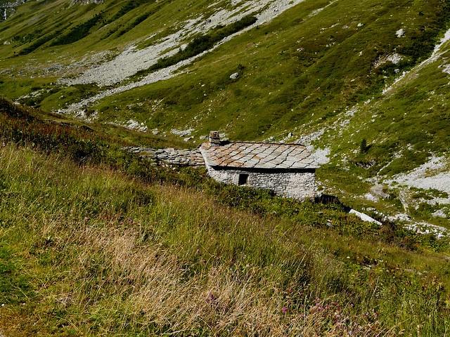 Maisonnette de pierres et lauses au Vallon d'Etache 003