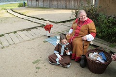 Maren Hasert mit ihrer Tochter in Haithabu - Museumsfreifläche Wikinger Museum Haithabu WHH 25-09-2011
