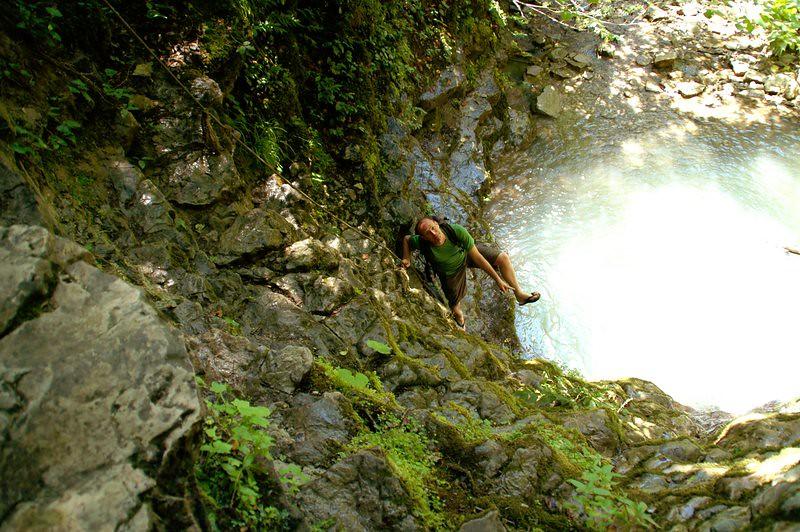 In teenslippers langs de watervallen van Erfelek