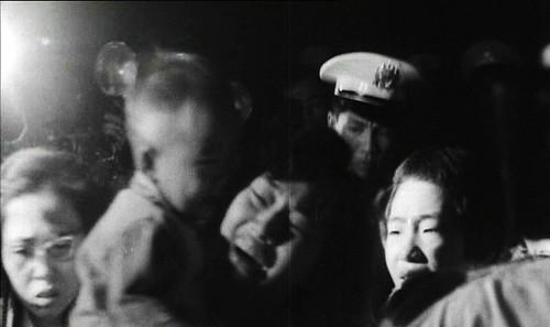 1966 Vợ Tạ Vinh với đứa con nhỏ khi nghe tòa tuyên án tử hình chồng mình