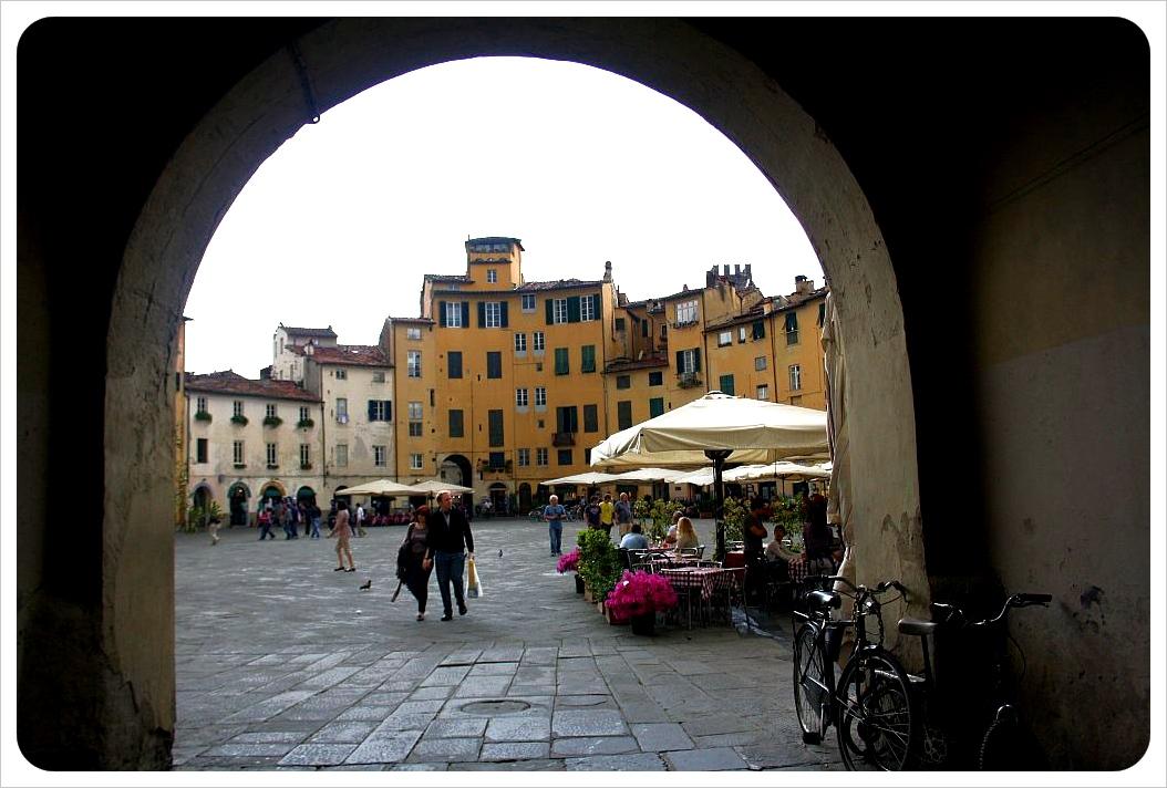 lucca piazza dell'anfiteatro gate