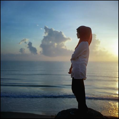 sea 120 6x6 tlr beach sunrise friend amy emotion seagull hijab bluesky squareformat malaysia faceless ph potrait ramadhan terengganu twinlens analoguecamera filmisnotdead poggy kodakektacolorpro160 seagull4 ikha poggyhuggies mrhuggies