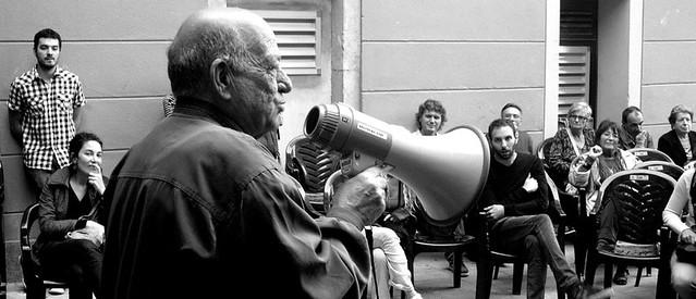 Un poeta de la barceloneta recitando unos versos en las primeras asambleas del 15M