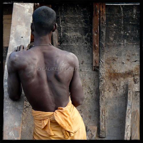 wood people india man male heritage square boat skin muscle atmosphere fabric soul varanasi strength kashi ganga carpenter ganges benares benaras uttarpradesh भारत shipcarpenter
