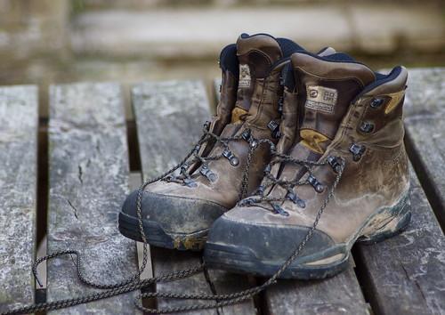 scarpe di nabuk su pontile di legno