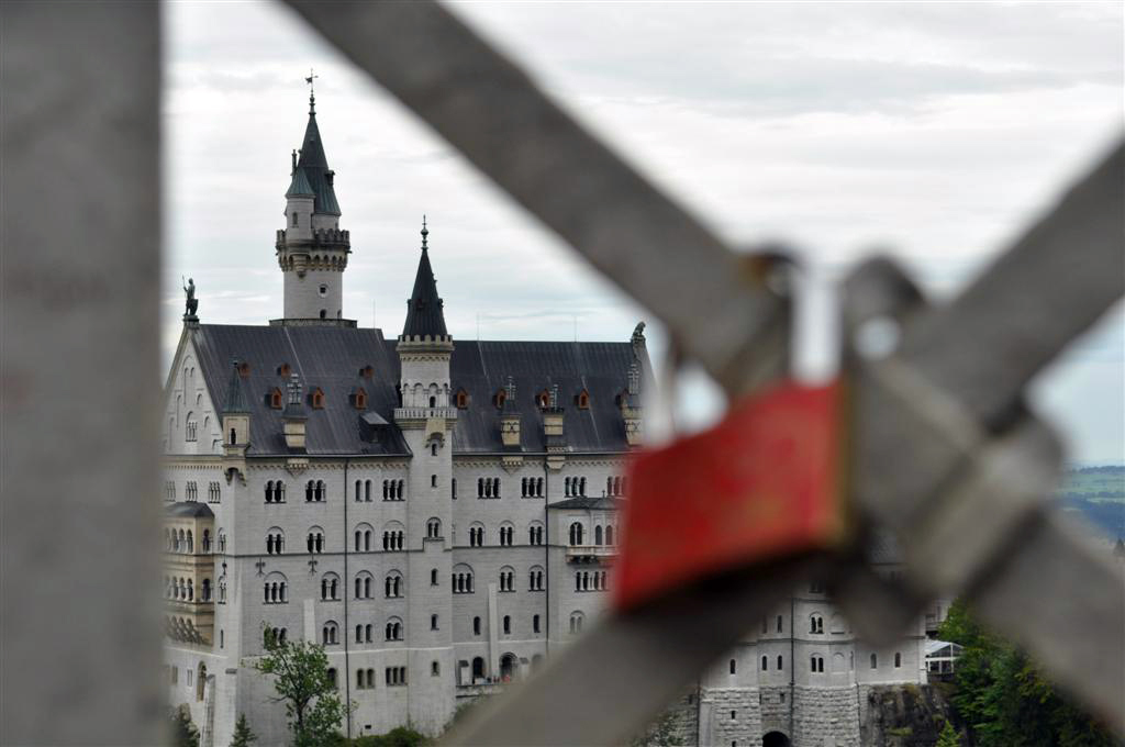 Vista del Castillo de Neuschwanstein desde el puente de María schwangau, la villa de los castillos reales de ensueño - 6177921351 9c2395a900 o - Schwangau, La villa de los Castillos Reales de ensueño