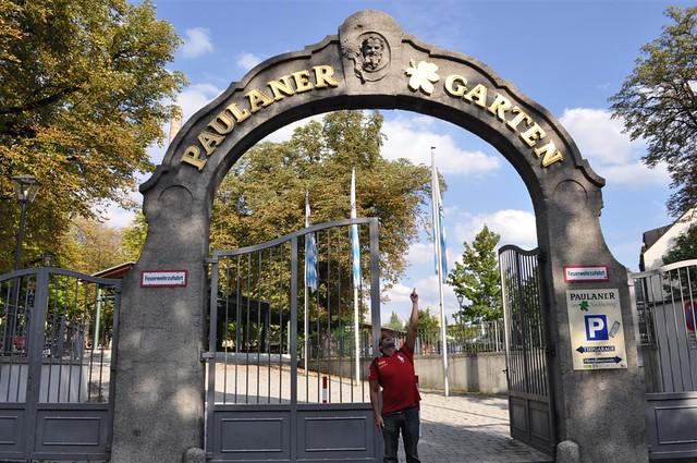 Entrada a los jardines de Paulaner, donde se realizan fiestas y eventos y que normalmente es una zona de comidas, ... gastronomía Bávara. Paulaner y el arte de la cerveza de Munich - 6176080546 c5e35f8395 z - Paulaner y el arte de la cerveza de Munich